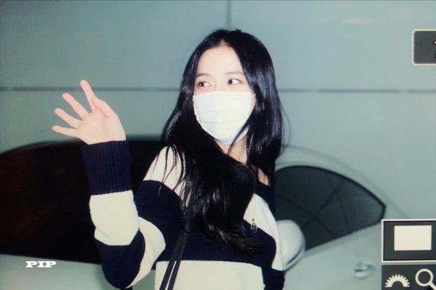 Hoa hậu Jisoo (BLACKPINK) gây sốt trên đường đi làm: Diện áo trễ vai cực quyến rũ, đẹp bất chấp cả đèn flash - Ảnh 13.