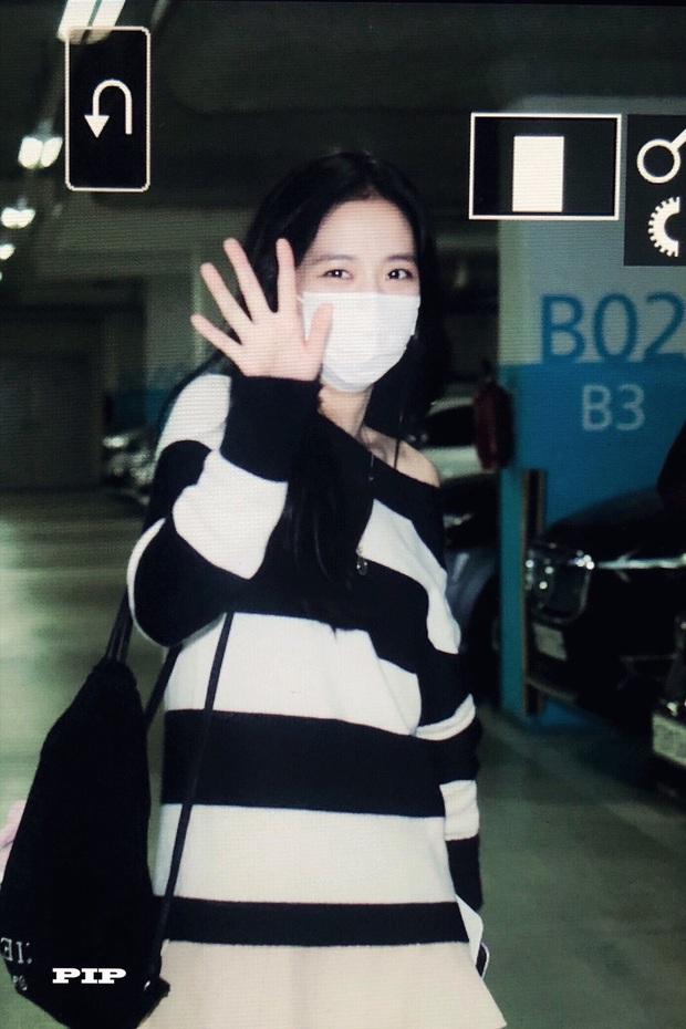 Hoa hậu Jisoo (BLACKPINK) gây sốt trên đường đi làm: Diện áo trễ vai cực quyến rũ, đẹp bất chấp cả đèn flash - Ảnh 6.