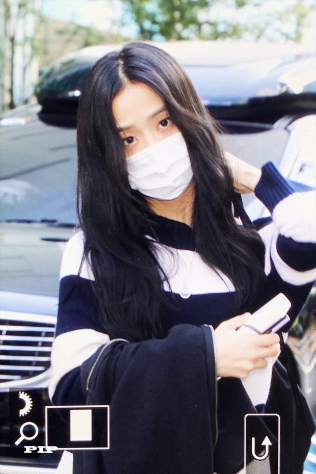 Hoa hậu Jisoo (BLACKPINK) gây sốt trên đường đi làm: Diện áo trễ vai cực quyến rũ, đẹp bất chấp cả đèn flash - Ảnh 11.