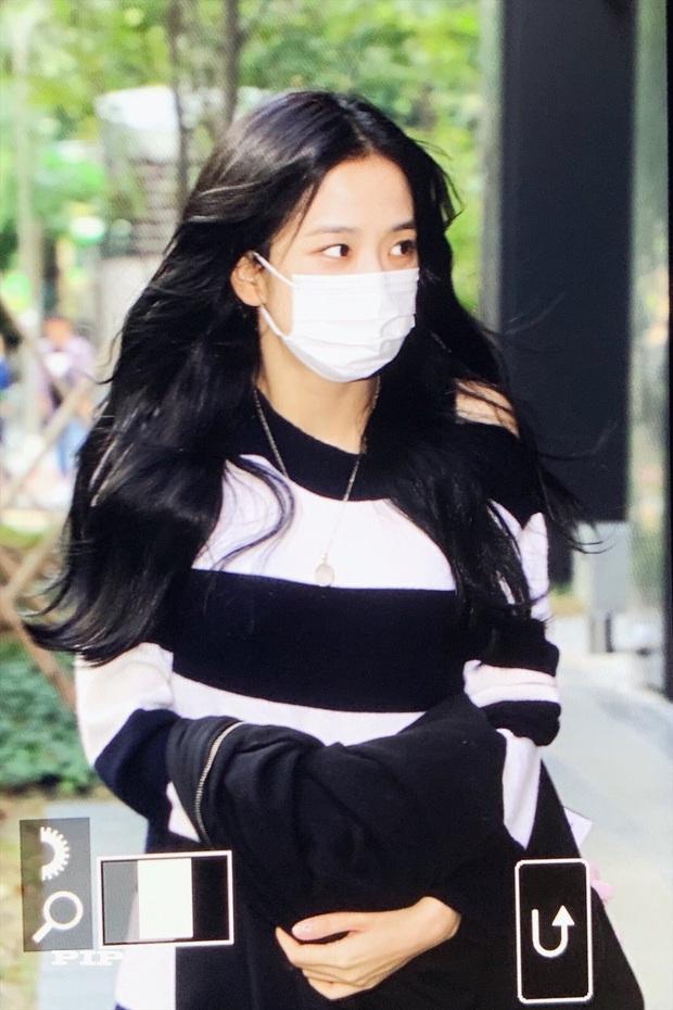 Hoa hậu Jisoo (BLACKPINK) gây sốt trên đường đi làm: Diện áo trễ vai cực quyến rũ, đẹp bất chấp cả đèn flash - Ảnh 4.