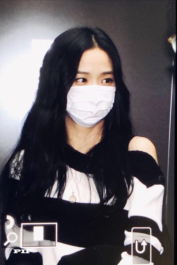 Hoa hậu Jisoo (BLACKPINK) gây sốt trên đường đi làm: Diện áo trễ vai cực quyến rũ, đẹp bất chấp cả đèn flash - Ảnh 12.