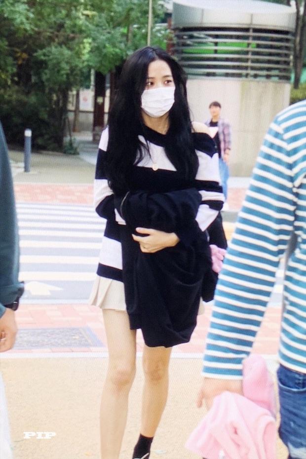 Hoa hậu Jisoo (BLACKPINK) gây sốt trên đường đi làm: Diện áo trễ vai cực quyến rũ, đẹp bất chấp cả đèn flash - Ảnh 3.