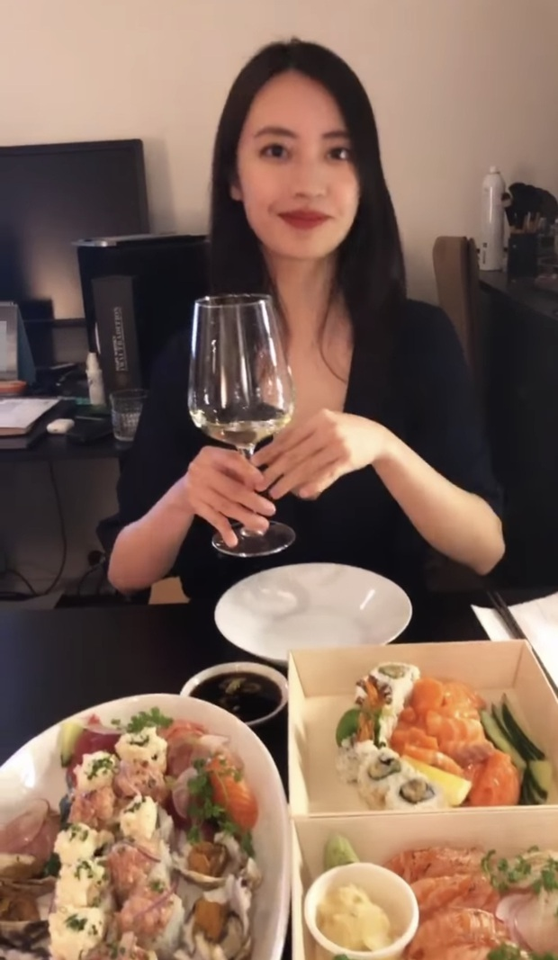 Rocker Nguyễn mặc sơ mi trắng vào bếp nấu ăn cho bồ, sơn hào hải vị gì cũng bị lu mờ vì anh quá đẹp trai - Ảnh 4.