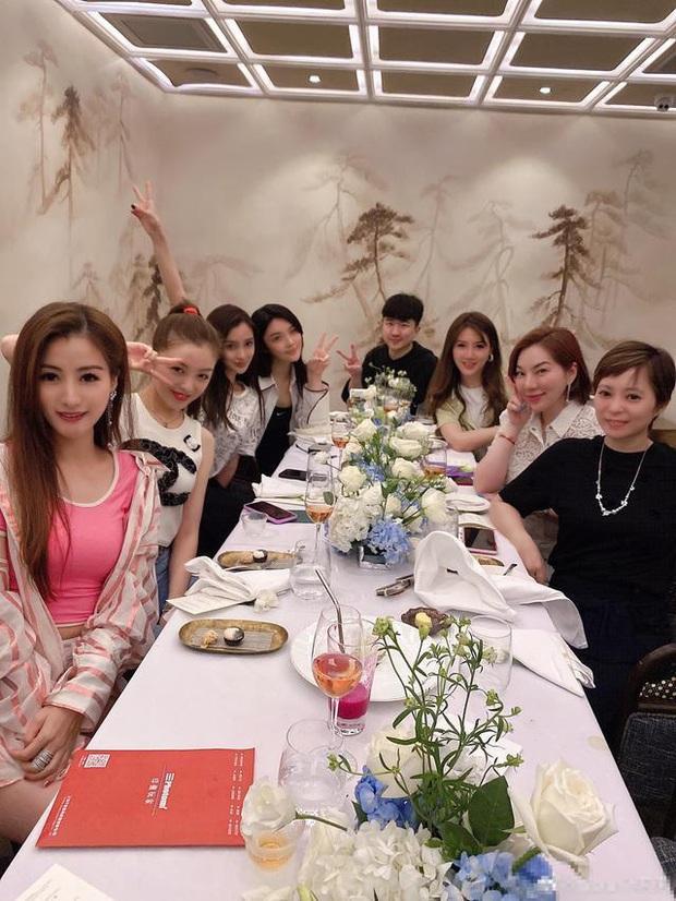 Hội bạn thân mới của Angela Baby gây choáng Cbiz: Toàn thiên kim gia thế khủng, vợ Huỳnh Hiểu Minh chỉ dám đứng nép - Ảnh 11.