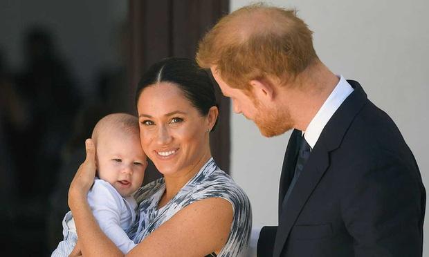 Vợ chồng Meghan Markle dính nghi án lừa dối công chúng liên quan đến sự chào đời của bé Archie và không muốn đón Giáng sinh cùng hoàng gia  - Ảnh 2.