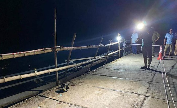 Chùm ảnh: Cận cảnh trục vớt xe ô tô rơi xuống sông trong vụ tai nạn 5 người tử vong ở Nghệ An - Ảnh 1.
