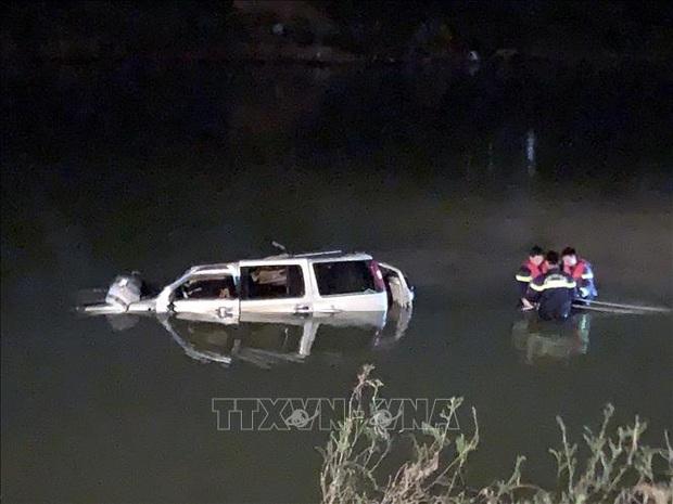 Chùm ảnh: Cận cảnh trục vớt xe ô tô rơi xuống sông trong vụ tai nạn 5 người tử vong ở Nghệ An - Ảnh 3.