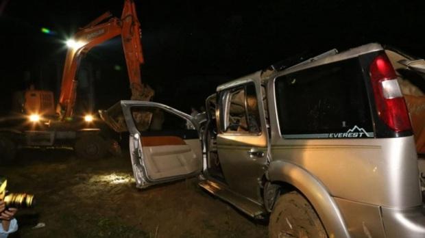 Chùm ảnh: Cận cảnh trục vớt xe ô tô rơi xuống sông trong vụ tai nạn 5 người tử vong ở Nghệ An - Ảnh 9.