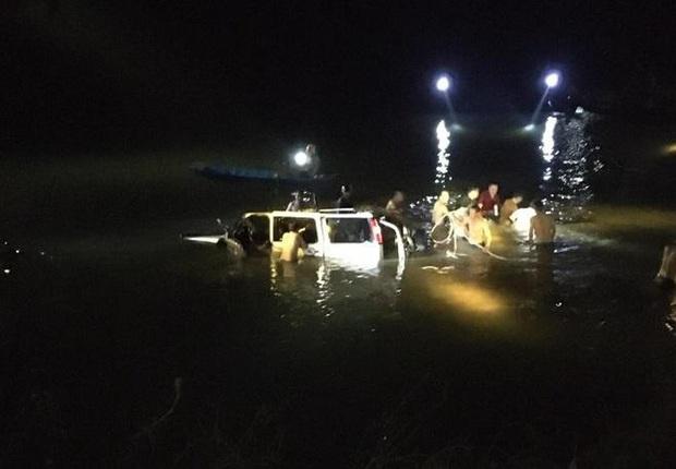 Chùm ảnh: Cận cảnh trục vớt xe ô tô rơi xuống sông trong vụ tai nạn 5 người tử vong ở Nghệ An - Ảnh 4.