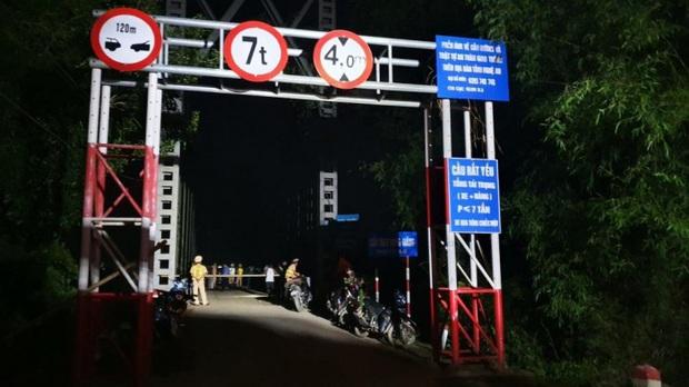 Chùm ảnh: Cận cảnh trục vớt xe ô tô rơi xuống sông trong vụ tai nạn 5 người tử vong ở Nghệ An - Ảnh 6.