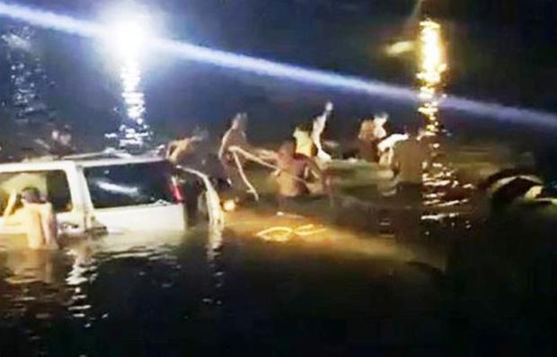 Chùm ảnh: Cận cảnh trục vớt xe ô tô rơi xuống sông trong vụ tai nạn 5 người tử vong ở Nghệ An - Ảnh 8.
