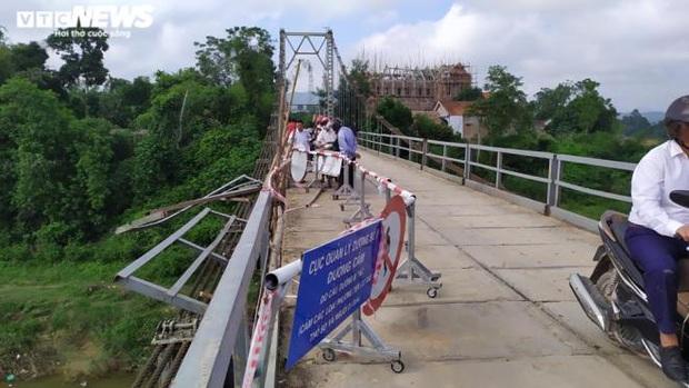 Chùm ảnh: Cận cảnh trục vớt xe ô tô rơi xuống sông trong vụ tai nạn 5 người tử vong ở Nghệ An - Ảnh 13.