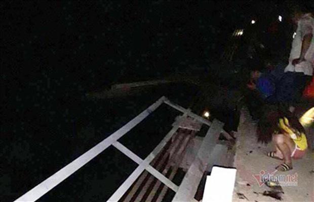 Chùm ảnh: Cận cảnh trục vớt xe ô tô rơi xuống sông trong vụ tai nạn 5 người tử vong ở Nghệ An - Ảnh 2.