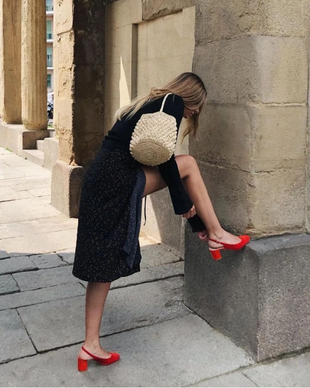 Hãy sắm 1 đôi giày đỏ: Style của bạn sẽ được nâng tầm sang chảnh như gái Pháp - Ảnh 2.