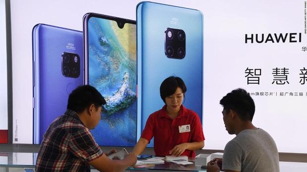 Nhóm tội phạm Trung Quốc hô biến điện thoại cũ thành smartphone Huawei, nửa năm bán hơn 7.000 chiếc - Ảnh 2.