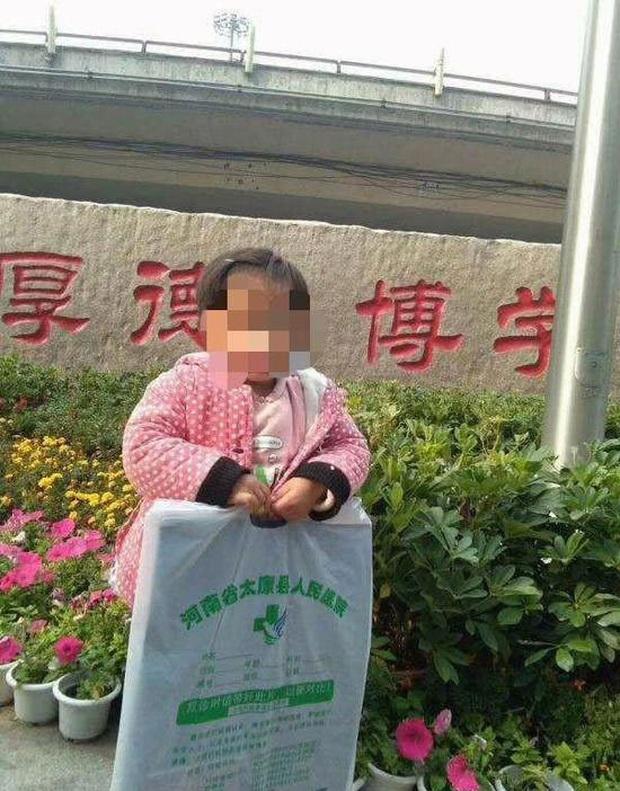 Cái chết của bé gái 3 tuổi bị ung thư mắt gây uất ức: Người mẹ lấy tiền quyên góp để chữa bệnh cho con trai và bỏ mặc con gái - Ảnh 2.