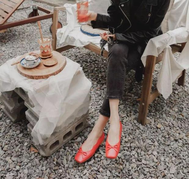 Hãy sắm 1 đôi giày đỏ: Style của bạn sẽ được nâng tầm sang chảnh như gái Pháp - Ảnh 10.