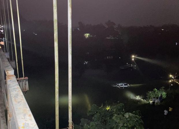 Chùm ảnh: Cận cảnh trục vớt xe ô tô rơi xuống sông trong vụ tai nạn 5 người tử vong ở Nghệ An - Ảnh 5.