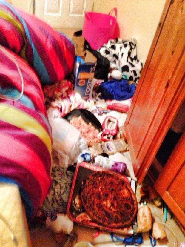 Vô tư ngủ cạnh núi rác ngập ngụa đủ thể loại, người phụ nữ nhẹ nhàng giật luôn giải nhất cuộc thi phòng ngủ bừa bộn nhất nước Anh - Ảnh 2.