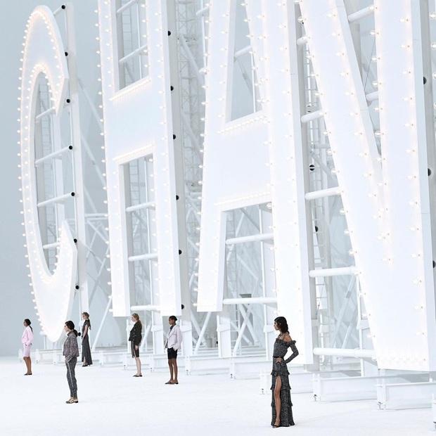 Không bày vẽ runway hoành tráng như sân bay hay trạm tên lửa, Chanel làm show Xuân/Hè 2021 đơn giản bất ngờ - Ảnh 4.