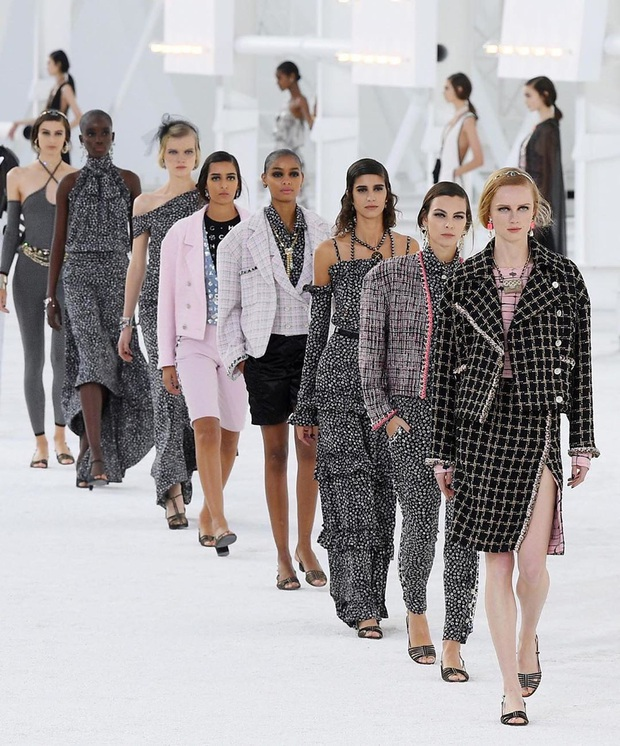 Không bày vẽ runway hoành tráng như sân bay hay trạm tên lửa, Chanel làm show Xuân/Hè 2021 đơn giản bất ngờ - Ảnh 2.