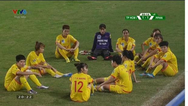Dỗi trọng tài, cầu thủ nữ Việt Nam tái hiện hình ảnh xấu từng khiến báo chí quốc tế chê cười - Ảnh 2.