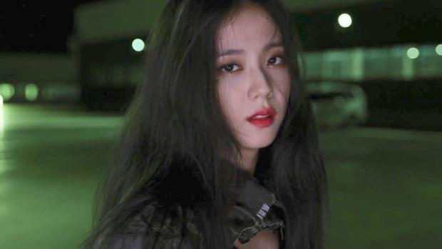 Hoa hậu Jisoo (BLACKPINK) gây sốt trên đường đi làm: Diện áo trễ vai cực quyến rũ, đẹp bất chấp cả đèn flash - Ảnh 15.