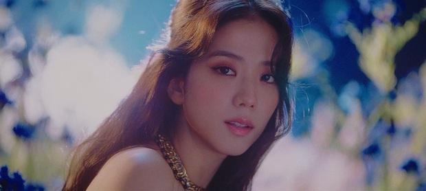 Hoa hậu Jisoo (BLACKPINK) gây sốt trên đường đi làm: Diện áo trễ vai cực quyến rũ, đẹp bất chấp cả đèn flash - Ảnh 16.