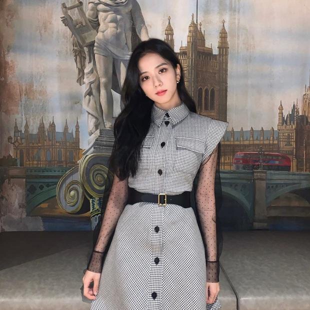 Hoa hậu Jisoo (BLACKPINK) gây sốt trên đường đi làm: Diện áo trễ vai cực quyến rũ, đẹp bất chấp cả đèn flash - Ảnh 14.