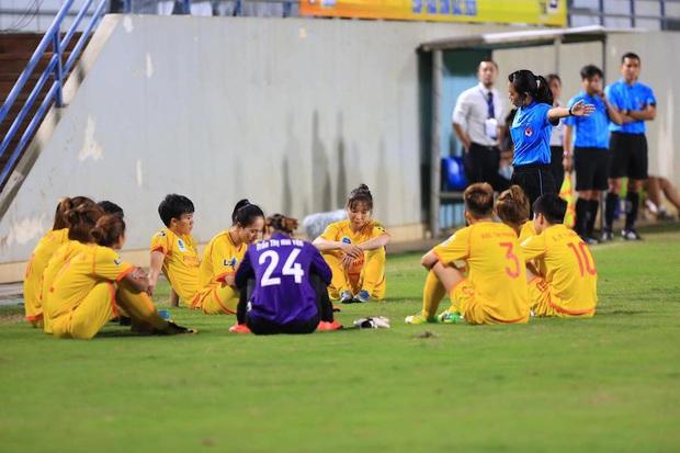 Dỗi trọng tài, cầu thủ nữ Việt Nam tái hiện hình ảnh xấu từng khiến báo chí quốc tế chê cười - Ảnh 1.