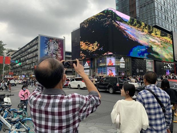 Trung Quốc: Tàu vũ trụ bay ra ngoài màn hình khiến người xem há hốc mồm - Ảnh 2.