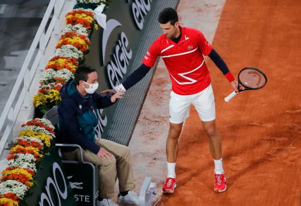Tay vợt số 1 thế giới lại đánh bóng mạnh vào mặt trọng tài ở Roland Garros - Ảnh 2.