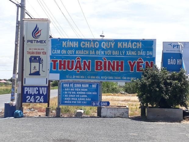 Cận cảnh cây xăng có các slogan độc nhất vô nhị ở An Giang - Ảnh 1.