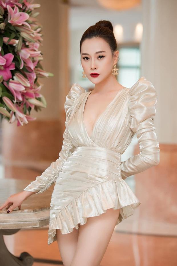 Mặc váy siêu ngắn để khoe chân, sao Việt rơi vào cảnh khốn đốn, có người bị chê bai kinh hoàng - Ảnh 2.