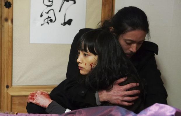 10 lần sao Hàn gặp tai nạn nghiêm trọng ở phim trường: Lee Min Ho bay móng chân vì lao vào bùn, Kim Hae Ae xém bị sóng cuốn mất xác - Ảnh 3.