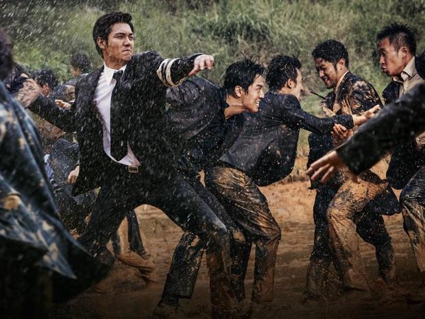 10 lần sao Hàn gặp tai nạn nghiêm trọng ở phim trường: Lee Min Ho bay móng chân vì lao vào bùn, Kim Hae Ae xém bị sóng cuốn mất xác - Ảnh 6.