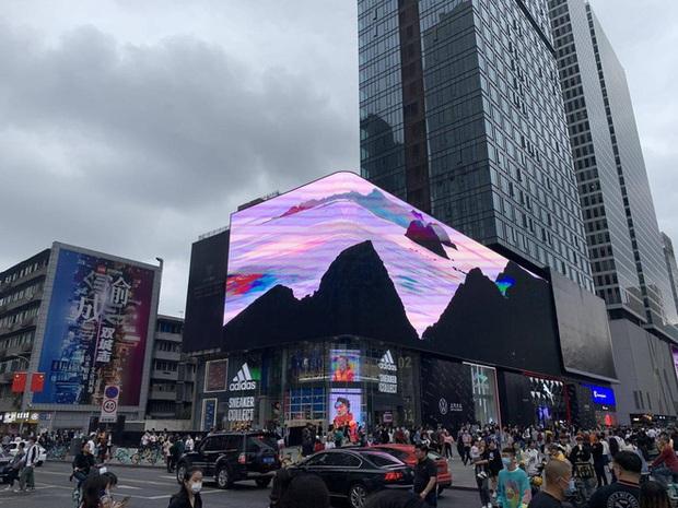 Trung Quốc: Tàu vũ trụ bay ra ngoài màn hình khiến người xem há hốc mồm - Ảnh 3.