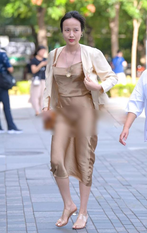 Diện váy lụa kín đáo là thế, Thanh Hằng lại lộ ngay khoảnh khắc nhạy cảm mà bản thân không hề hay biết - Ảnh 3.
