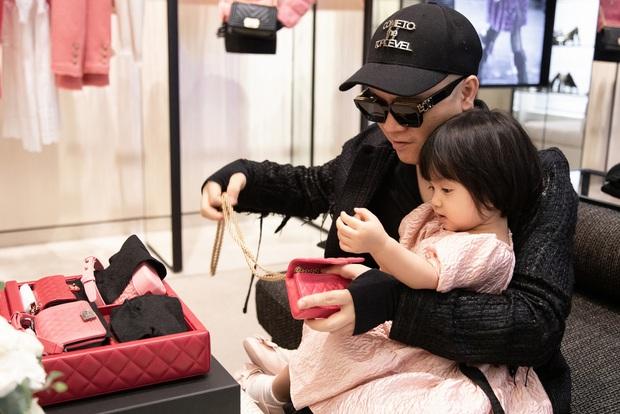Ngọc Trinh order hàng còn chưa kịp về đã bị Đỗ Mạnh Cường vượt mặt, nguyên set túi Chanel 700 triệu về tay dành tặng con gái nuôi - Ảnh 2.