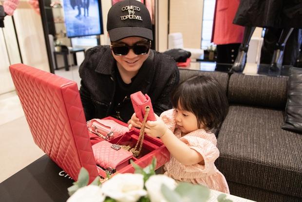 Ngọc Trinh order hàng còn chưa kịp về đã bị Đỗ Mạnh Cường vượt mặt, nguyên set túi Chanel 700 triệu về tay dành tặng con gái nuôi - Ảnh 3.