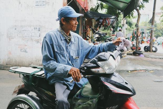 Chú shipper bị liệt 2 chân ở Sài Gòn: Người ta tay chân lành lặn mới đi ship hàng ở xa được, còn chú thì... - Ảnh 1.