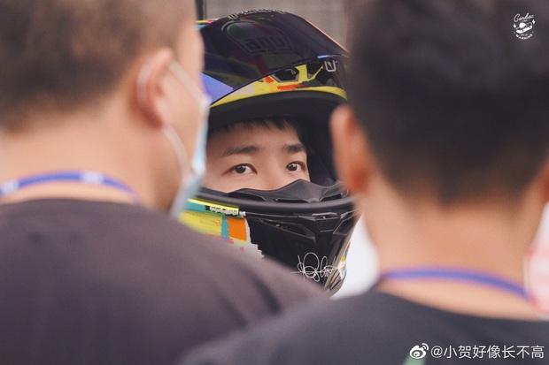 Hình ảnh gây tranh cãi: Vương Nhất Bác rơi nước mắt sau tai nạn, đối thủ hả hê đập tay ăn mừng ngay trên đường đua - Ảnh 5.