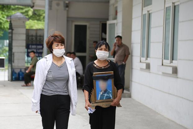 Mẹ thất thần trong phiên xử nam sinh chạy Grab bị sát hại, cướp tài sản ở Hà Nội: Tôi đã không còn nước mắt để khóc nữa rồi - Ảnh 6.