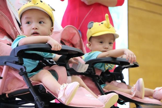 Gần 3 tháng sau ca phẫu thuật tách rời, cặp song sinh Trúc Nhi - Diệu Nhi được xuất viện, xuất hiện cực rạng rỡ và dễ thương - Ảnh 17.