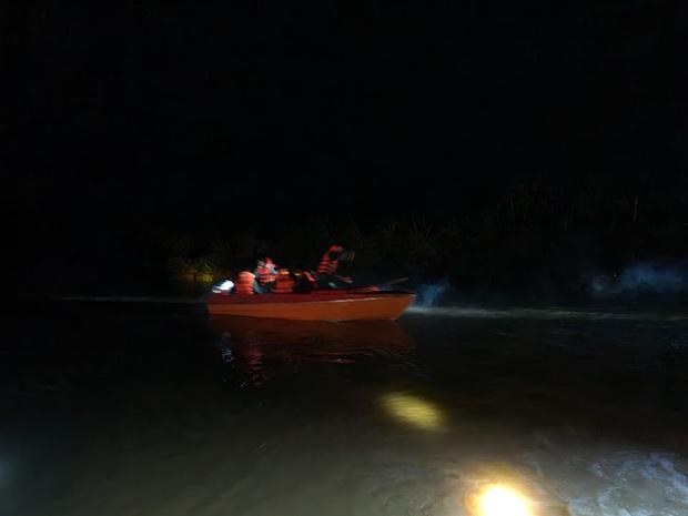 2 thanh niên chạy xe máy bất ngờ bị nước lũ cuốn trôi, 1 người mất tích - Ảnh 1.
