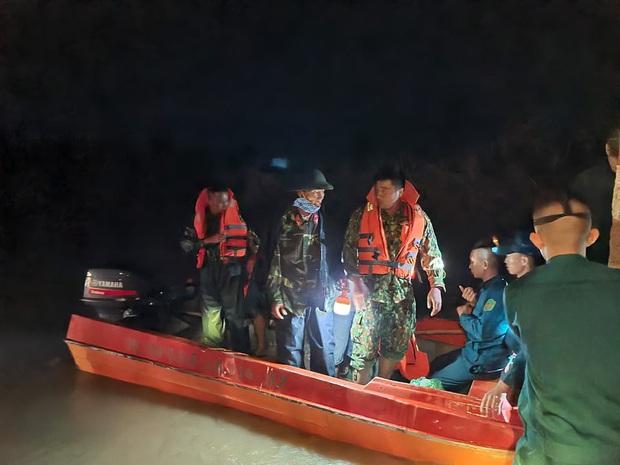 2 thanh niên chạy xe máy bất ngờ bị nước lũ cuốn trôi, 1 người mất tích - Ảnh 3.