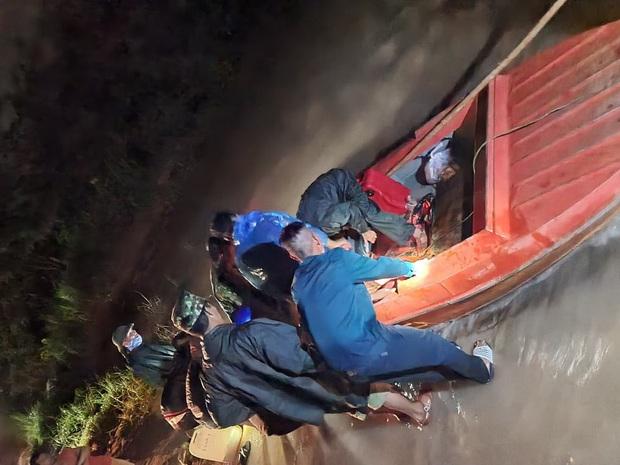 2 thanh niên chạy xe máy bất ngờ bị nước lũ cuốn trôi, 1 người mất tích - Ảnh 2.