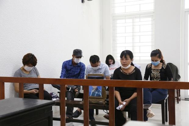 Mẹ thất thần trong phiên xử nam sinh chạy Grab bị sát hại, cướp tài sản ở Hà Nội: Tôi đã không còn nước mắt để khóc nữa rồi - Ảnh 7.