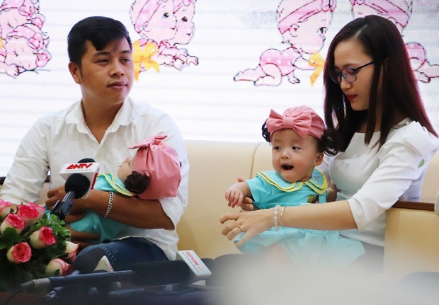 Gần 3 tháng sau ca phẫu thuật tách rời, cặp song sinh Trúc Nhi - Diệu Nhi được xuất viện, xuất hiện cực rạng rỡ và dễ thương - Ảnh 22.