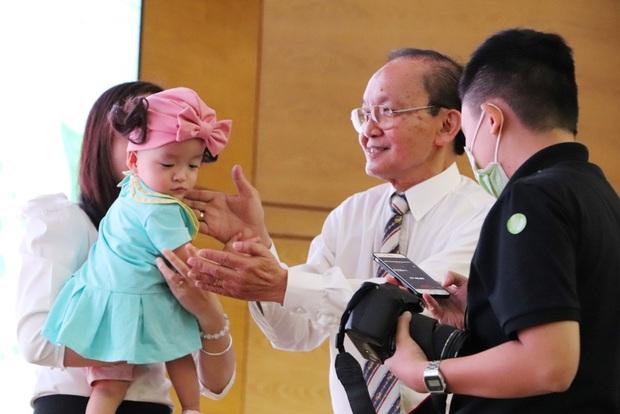 Gần 3 tháng sau ca phẫu thuật tách rời, cặp song sinh Trúc Nhi - Diệu Nhi được xuất viện, xuất hiện cực rạng rỡ và dễ thương - Ảnh 21.